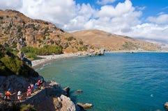 CRETA, GRECIA 23 DE JULIO: Los turistas van abajo de los pasos a la playa en julio 23,2014 de Preveli en Creta, Grecia La playa d Imagen de archivo