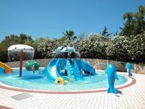 Creta, Grecia - 15 de junio de 2017: Panorama de la opinión de la piscina del aquapark tropical colorido del niño s Concepto de r imágenes de archivo libres de regalías