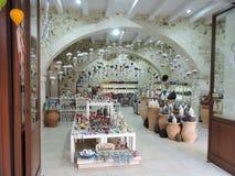 Creta, Grecia 15 de junio de 2017: Una tienda griega tradicional de la cer?mica foto de archivo libre de regalías