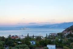 CRETA, GRECIA - 4 de octubre de 2017: los Eclips más costosos del yate Imagen de archivo libre de regalías