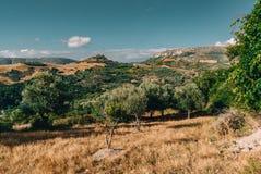 Creta Grecia, opinión sobre las montañas con las nubes bajas de la ejecución y los árboles azules del cielo y verdes Creta del su imagen de archivo