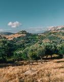 Creta Grecia, opinión sobre las montañas con las nubes bajas de la ejecución y los árboles azules del cielo y verdes Creta del su imágenes de archivo libres de regalías