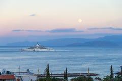 CRETA, GRECIA - 4 ottobre 2017: le pinze ad E dell'yacht più costose fotografia stock