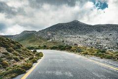 Creta, Grecia, trayectoria o calle llevando hacia las montañas en un día del overcarst en la región montañosa de Rethymno fotos de archivo libres de regalías