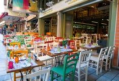 CRETA, HERAKLION 21 DE JULHO: Café colorido em julho 21,2014 na cidade de Heraklion na ilha da Creta, Grécia Imagens de Stock Royalty Free