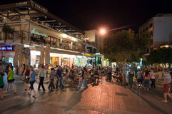 CRETA, HERAKLION 24 DE JULHO: A vida noturno em Heraklion nos leões esquadra em julho 24,2014 na ilha de Cete, Grécia Fotografia de Stock