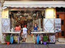 Cretan prezenta sklep na turystycznej zakupy ulicie w starym miasteczku, Zmiękcza Zdjęcie Stock