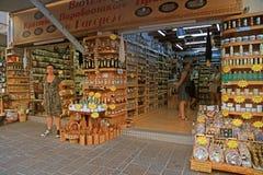 Cretan prezenta sklep na turystycznej zakupy ulicie w starym miasteczku, Zmiękcza Obraz Royalty Free
