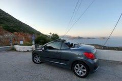 crete Grecia - 1 de abril de 2019: La muchacha y el soporte del cabriolé delante de una visión panorámica imponente Mar y montaña fotos de archivo
