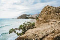 Crete, Grecia vare con las rocas y los acantilados con la visión hacia el mar ovean en un día soleado imagen de archivo