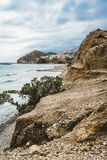 Crete, Grecia vare con las rocas y los acantilados con la visión hacia el mar ovean en un día soleado imágenes de archivo libres de regalías