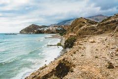 Crete, Grecia vare con las rocas y los acantilados con la visión hacia el mar ovean en un día soleado fotografía de archivo libre de regalías