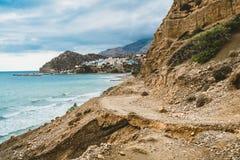 Crete, Grecia vare con las rocas y los acantilados con la visión hacia el mar ovean en un día soleado fotografía de archivo