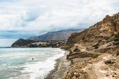 Crete, Grecia vare con las rocas y los acantilados con la visión hacia el mar ovean en un día soleado imagen de archivo libre de regalías