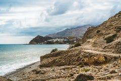 Crete, Grecia vare con las rocas y los acantilados con la visión hacia el mar ovean en un día soleado fotos de archivo