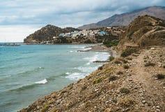 Crete, Grecia vare con las rocas y los acantilados con la visión hacia el mar ovean en un día soleado foto de archivo libre de regalías