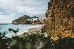 Crete, Grecia Visión desde los acantilados al pueblo con los buques, los barcos y el faro marinos Visión desde el acantilado en b fotografía de archivo