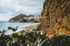 Crete, Grecia Visión desde los acantilados al pueblo con los buques, los barcos y el faro marinos Visión desde el acantilado en b fotos de archivo libres de regalías