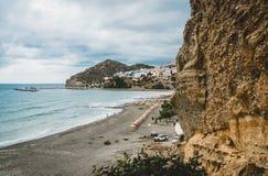 Crete, Grecia Vista dalle scogliere al villaggio con le navi, le barche ed il faro marini Vista dalla scogliera sulla baia con la fotografia stock libera da diritti