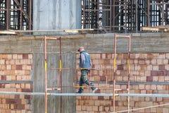 Crete, Grecja, Marth 29, 2018: Pracownicy budowlani pracuje dalej obraz royalty free