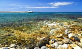 crete greece Den steniga och steniga kustdrömsikten av vågor, vaggar och det djupblå havet coast medelhavs- Royaltyfria Bilder