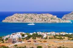 Crete landskap med den Spinalonga ön Arkivfoton