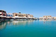 CRETE, RETHYMNO-JULY 23: Stary venetian schronienie z różnorodnymi restauracjami w Rethymno mieście na Lipu 23,2014 i barami Cret Zdjęcia Stock