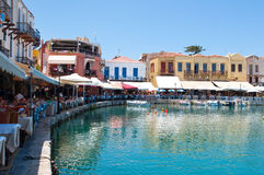 CRETE, RETHYMNO-JULY 23: Stary venetian schronienie z różnorodnymi restauracjami w Rethymno mieście na Lipu 23,2014 na Cre i bara Zdjęcie Stock