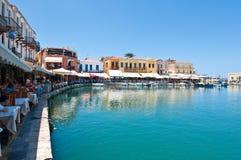 CRETE, RETHYMNO-JULY 23: Stary venetian schronienie z różnorodnymi restauracjami w Rethymno mieście na Lipu 23,2014 na isl i bara Zdjęcie Royalty Free