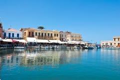 CRETE, RETHYMNO-JULY 23: Stary venetian schronienie z różnorodnymi restauracjami w Rethymno mieście na Lipu 23,2014 na isl i bara Fotografia Royalty Free