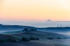 Crete Senesi krajobraz w Tuscany, Włochy na mgłowym świcie Zdjęcie Stock