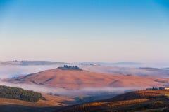 Crete Senesi krajobraz w Tuscany, Włochy na mgłowym świcie Zdjęcia Stock