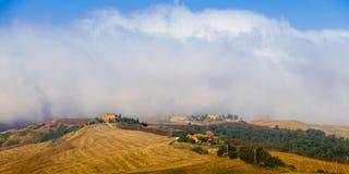 Crete Senesi krajobraz w Tuscany, Włochy na mgłowym świcie Fotografia Royalty Free