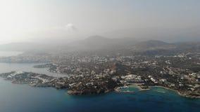 crete Silueta del hombre de negocios Cowering Vuelo hacia la isla de Creta del mar 4K metrajes