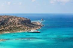 Crete wybrzeże, Balos zatoka, Grecja Statek iść na fenomenalnym turkusowym morzu Popularny turystyczny kurort lata sceniczny zdjęcie stock