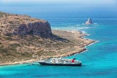Crete wybrzeże, Balos zatoka, Grecja Statek iść na fenomenalnym turkusowym morzu Popularny turystyczny kurort LATO krajobraz fotografia royalty free