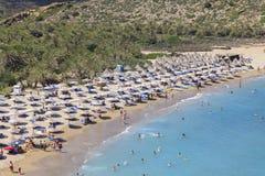 Crete wyspa, palma plażowy Vai Grecja, Sierpień, - 24, 2015 Ludzie sunbathing na plaży Obraz Royalty Free