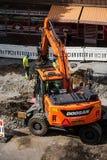 Creusement d'excavatrice de Doosan de construction de voie de tramway de Tampere Photos libres de droits