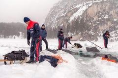 Creusement d'un grand trou dans la glace Photo libre de droits