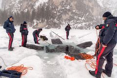 Creusement d'un grand trou dans la glace Image libre de droits