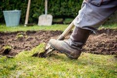 Creusement de pelouse images stock