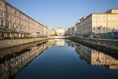 Creusez des rigoles Trieste avec la réflexion au-dessus des bâtiments antiques MER ADRIATIQUE l'Italie Photo libre de droits