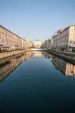 Creusez des rigoles Trieste avec la réflexion au-dessus des bâtiments antiques MER ADRIATIQUE l'Italie photos stock