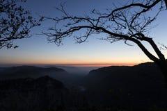 Creux-du-Van o Creux du Van: Rocky Gorge antes de la salida del sol Fotografía de archivo