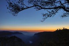 Creux-du-Van o Creux du Van: Rocky Gorge antes de la salida del sol Imágenes de archivo libres de regalías