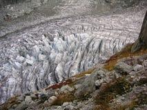 Crevassed lodowiec pod skałą Zdjęcie Royalty Free