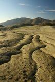 Crevasses spectaculaires dans la saleté aride stérile. Image libre de droits