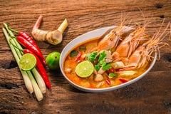 Crevette épicée chaude de soupe à Tom Yum Goong Thai avec le nard indien, citron, galangal image stock