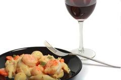 Crevette Alfredo et vin Photos stock