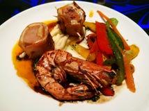 Crevette avec la saucisse, le lard et les légumes photos libres de droits